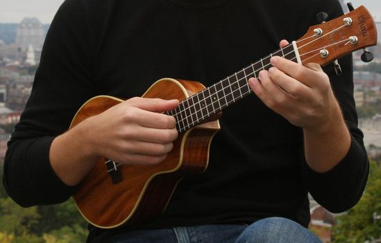 holding-the-ukulele